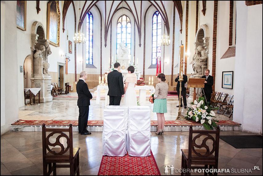 zdjęcia ślubne w kościele Nawiedzenia Najświętszej Marii Panny na Nowym Mieście w Warszawie (10)