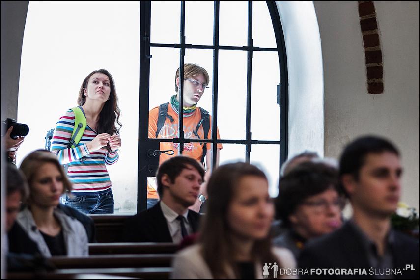 zdjęcia ślubne w kościele Nawiedzenia Najświętszej Marii Panny na Nowym Mieście w Warszawie (21)