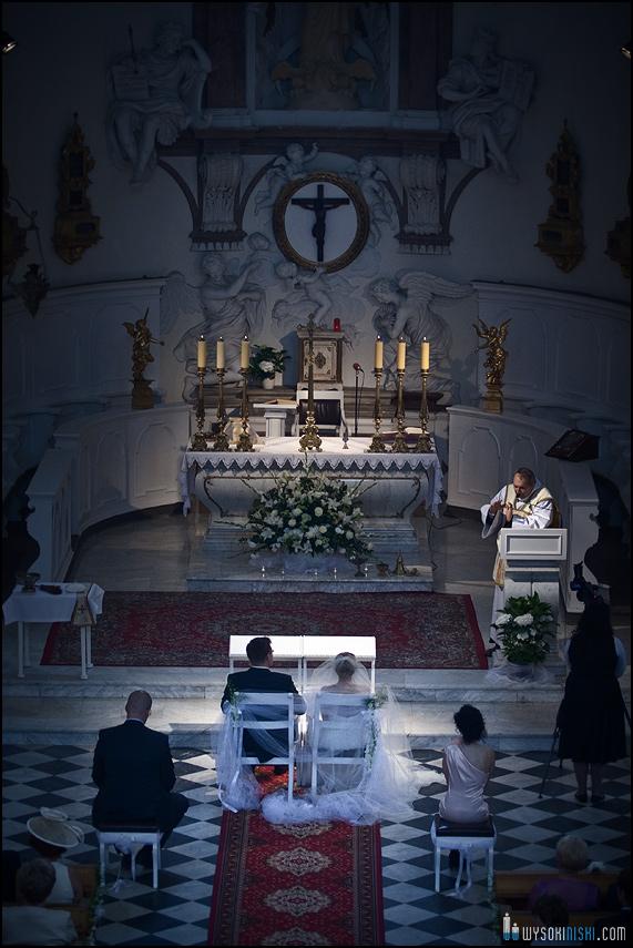 ołtarz sfotografowany z perspektywy chóru