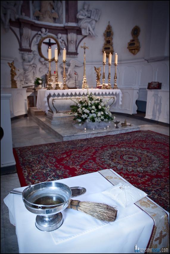 obrączki, kropidło i woda święcona