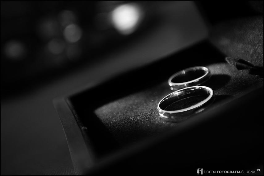 Przygotowania do ślubu - obrączki w pudełku