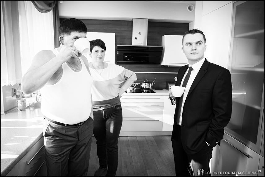 Przygotowania do ślubu - rodzina w kuchni