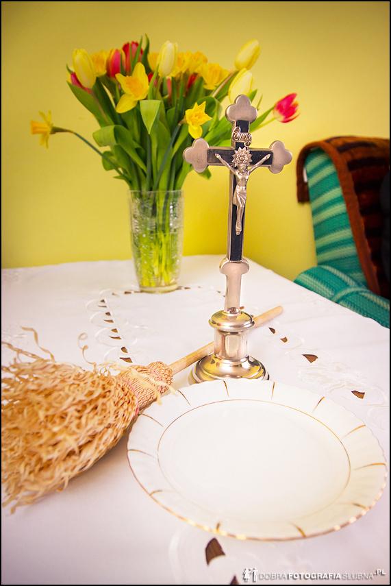 blogosławieństwo: woda święcona, kropidło i krucyfiks