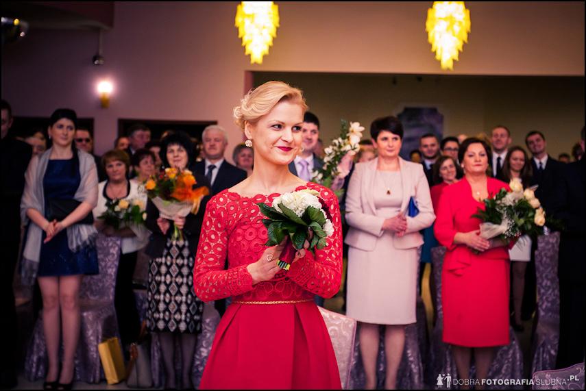 świadek wzruszona ślubem cywilnym