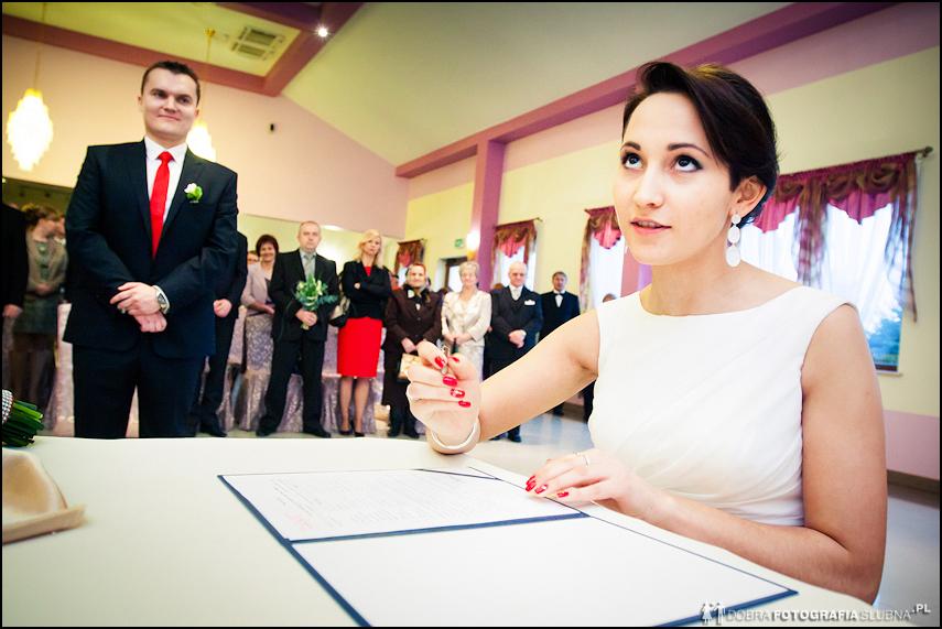 fotograf slubny rawa mazowiecka panna mloda podpisuje dokument