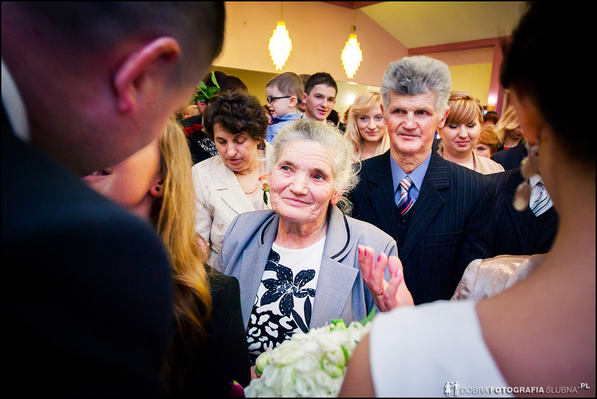 składanie życzeń młodej parze po ślubie