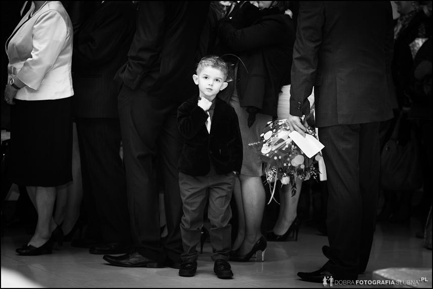 chłopiec czeka by złożyć życzenia z okazji ślubu