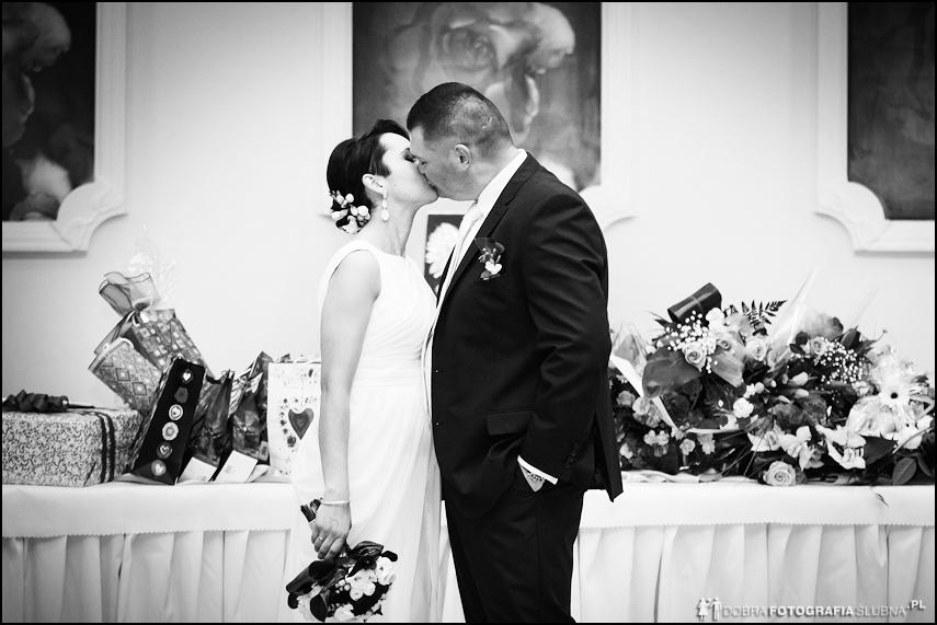 młoda para całuje się można pocałować na ślubie