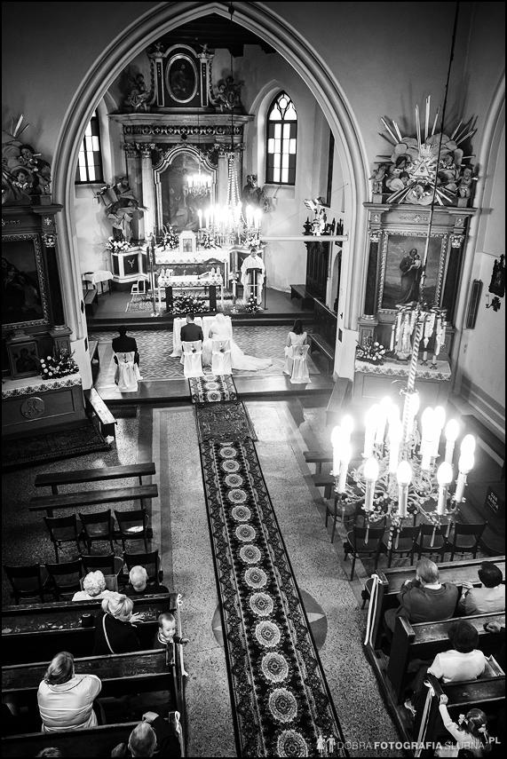 czarno białe zdjęcia ślubne wnętrze kościoła z góry