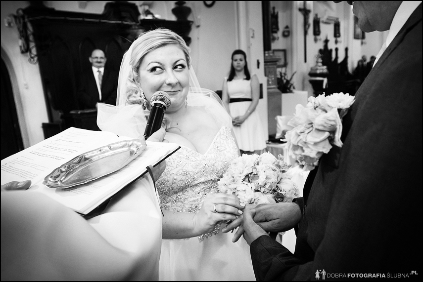czarno białe zdjęcia ślubne, nakładanie obrączek