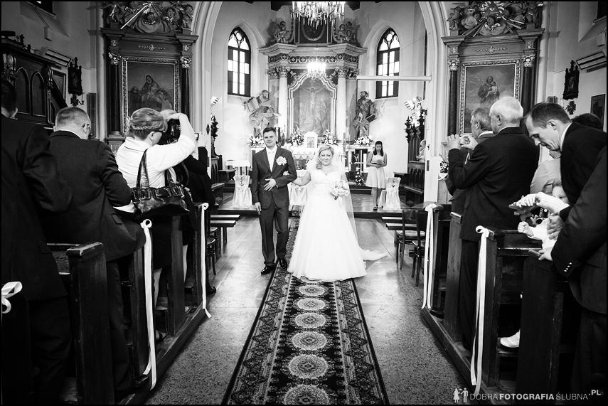 para wychodzi z kościoła