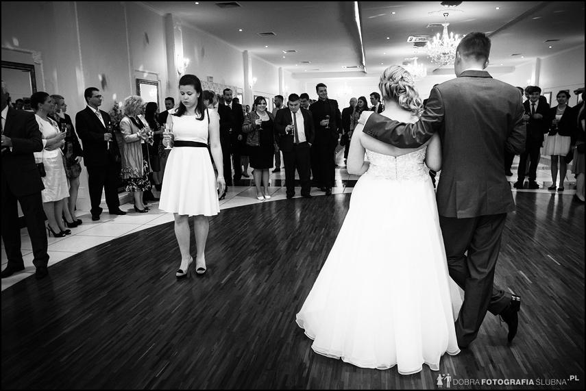 młode małżeństwo na sali weselnej