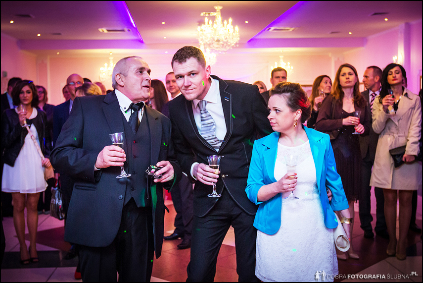 goście weselni mają szampana