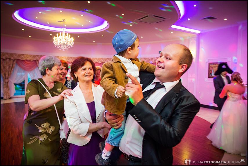 ojciec tańczy z dzieckiem na weselu
