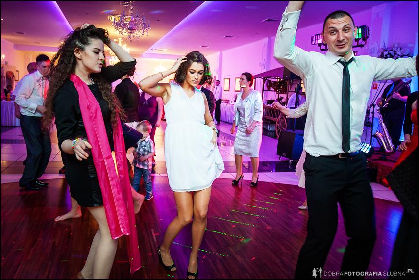 dziewczyny tańczą na weselu
