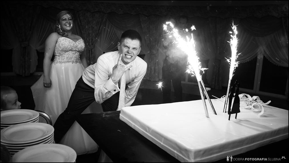 pan młody pozuje z tortem weselnym, humor