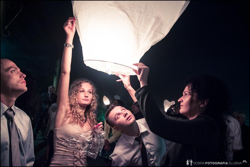 puszczanie lampionów- fotografia ślubna