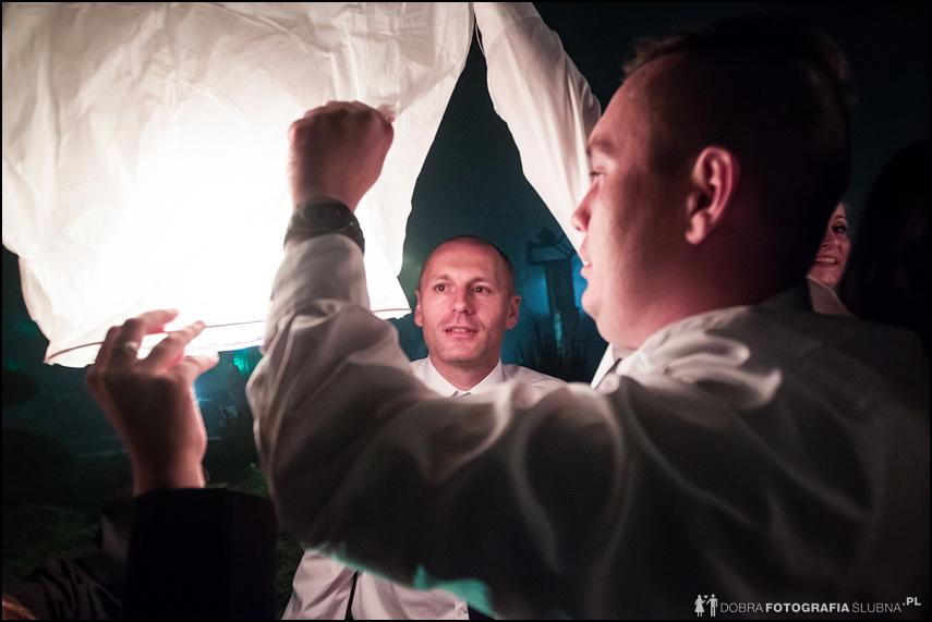 goście puszczanie weselnych lampionów