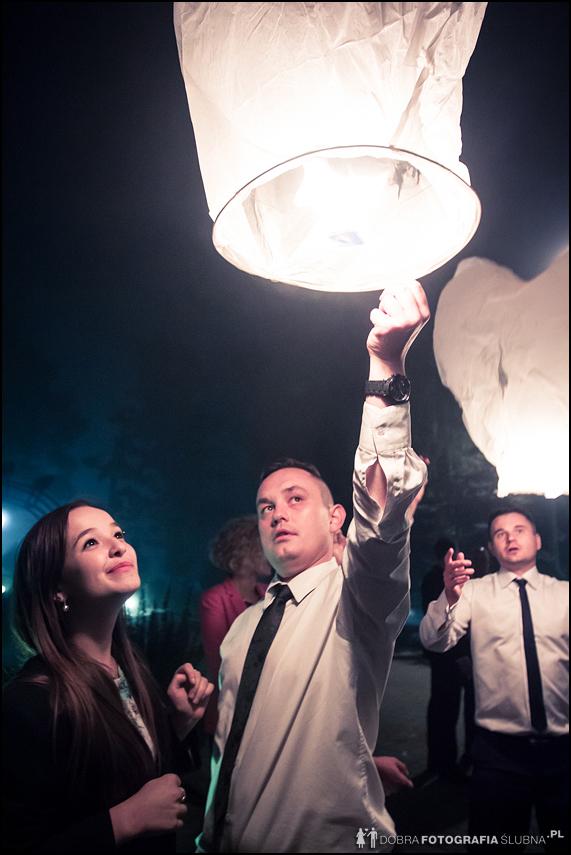 lampiony na weselu puszczane przez gości