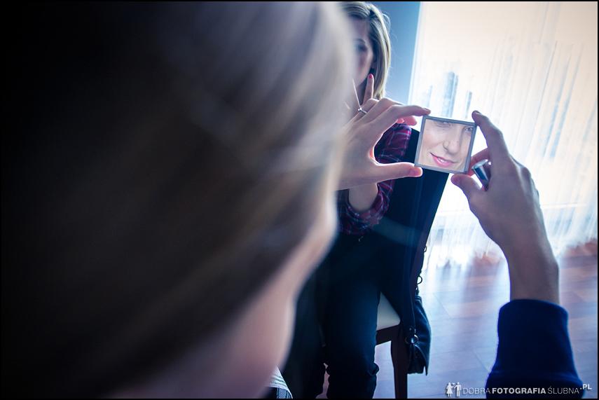panna młoda sprawdza swoje odbicie w lustrze