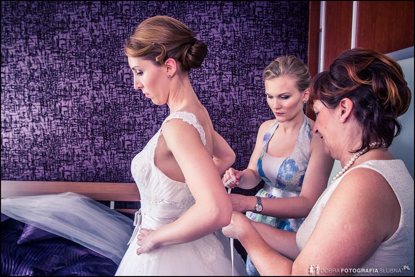 zdjęcia ślubne przygotowania ubieranie panny młodej