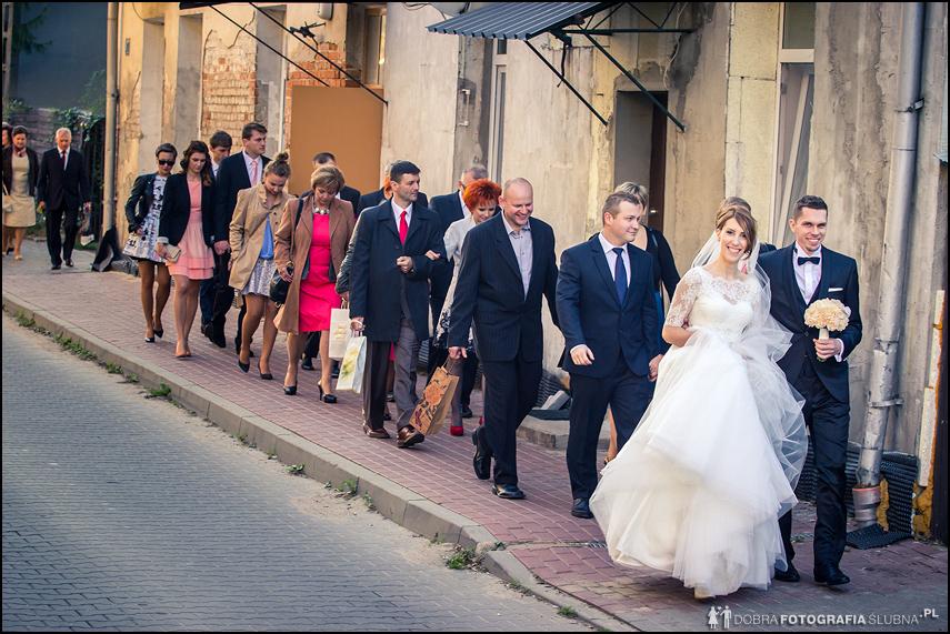 orszak goście i młoda para zdjęcia ślubne