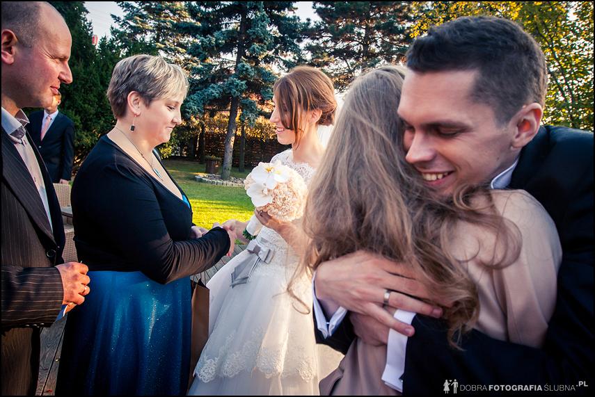 nowożeńcy przyjmują życzenia