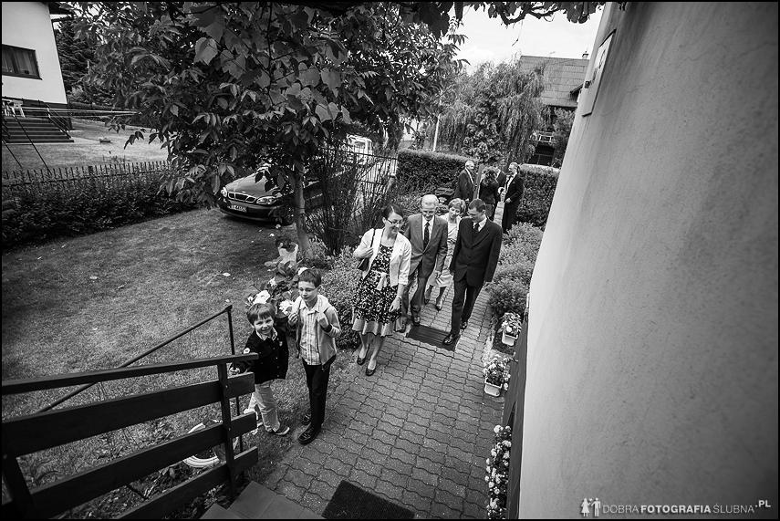 rodzina wchodzi do domu