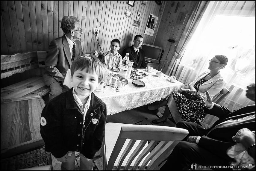 rodzina czeka w kuchni